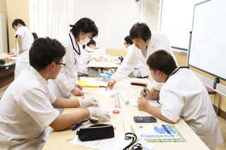 医療技術学科:授業紹介「血液浄化機器学実習」(平成30年度)