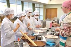 保健栄養学科で「ウクライナ料理」の調理実習を行いました(国際栄養・食文化論)