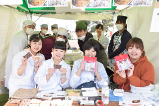 第15回土浦カレーフェスティバルに学生が参加しました(2018年)